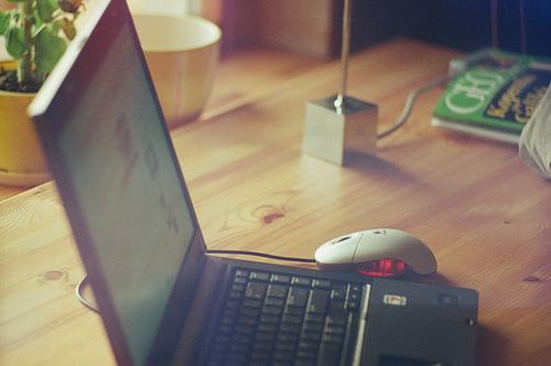 Mans galds un galda dators