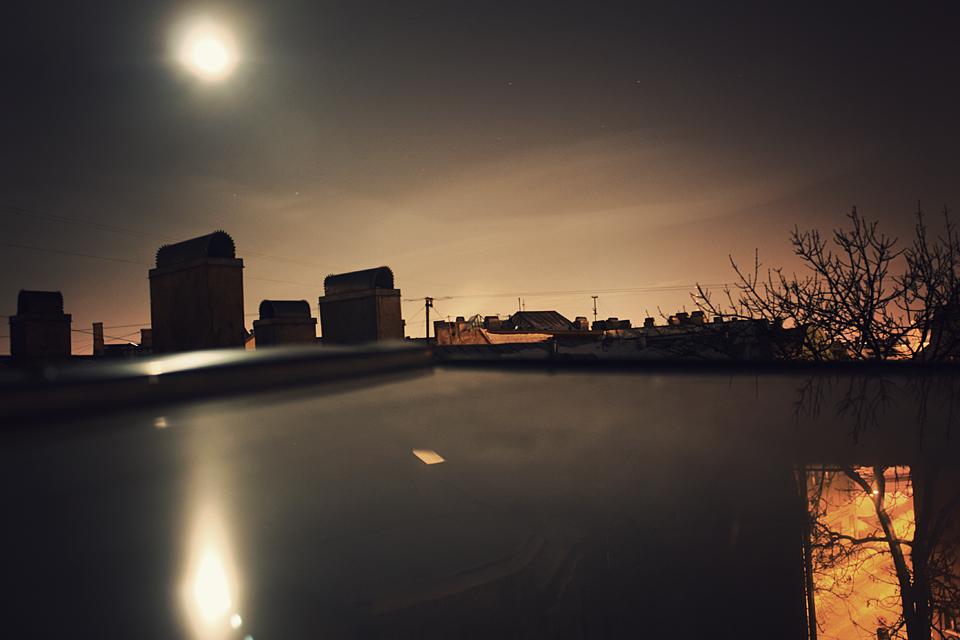 Mēness un zvaigznes aiz loga