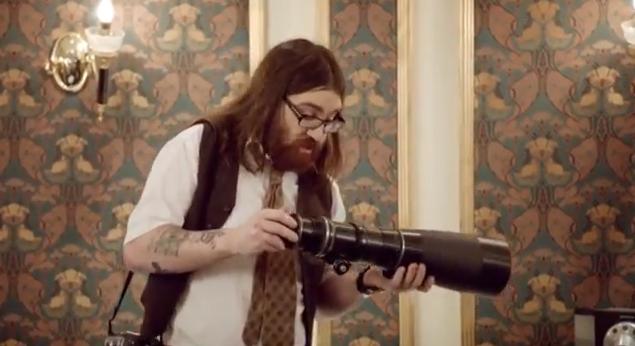 video, kas izsmej spoguļkameru lietotājus, kuriem nav sajēgas par fotografēšanu