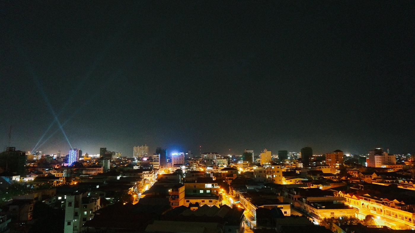 naksnīgs skats uz pilsētu no mūsu mājas jumta