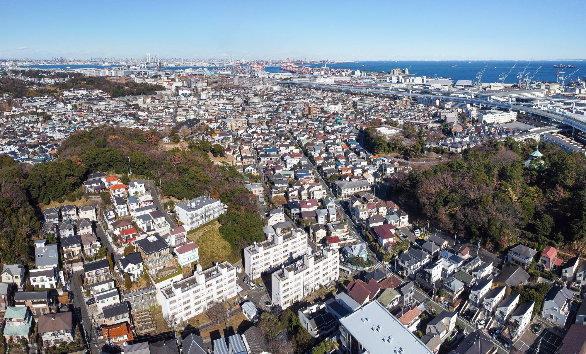 Te var redzēt diezgan lielu daļu no mūsu rajona (Honmoku). Ir daži dzīvokļu nami, bet pārsvarā privātmājas.