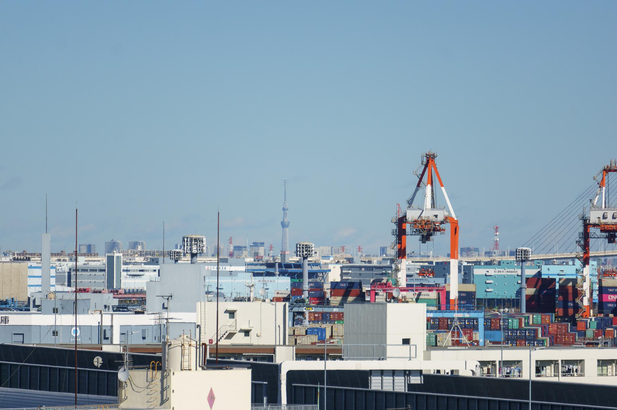 Tālumā redzams Tokyo Skytree. Pasaulē augstākais tornis un otra augstākā celtne aiz slavenā Dubajas torņa.