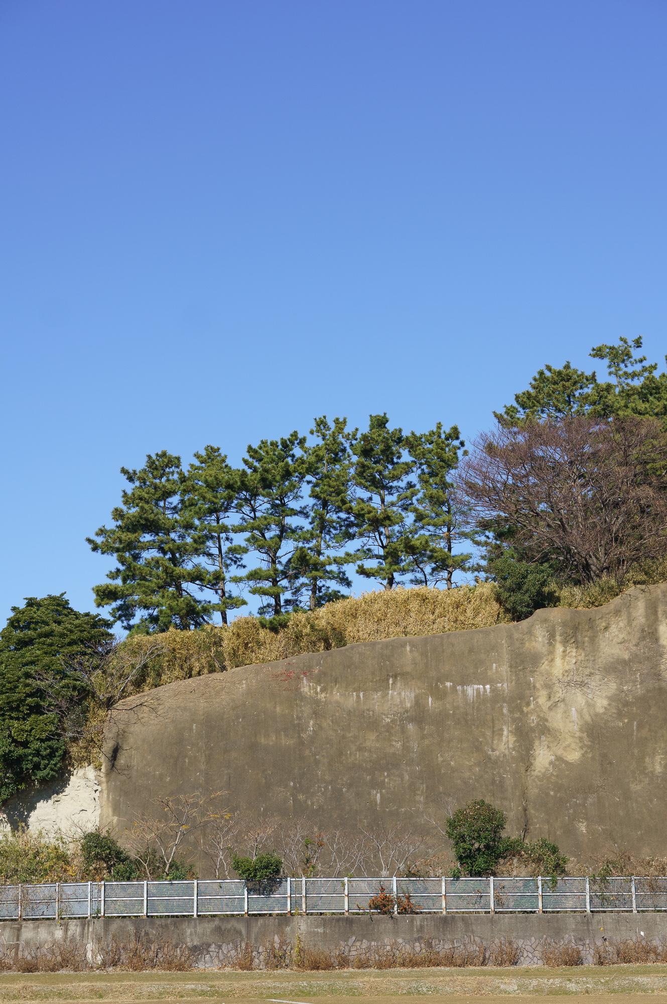 Te arī var redzēt veco krasta klinti.
