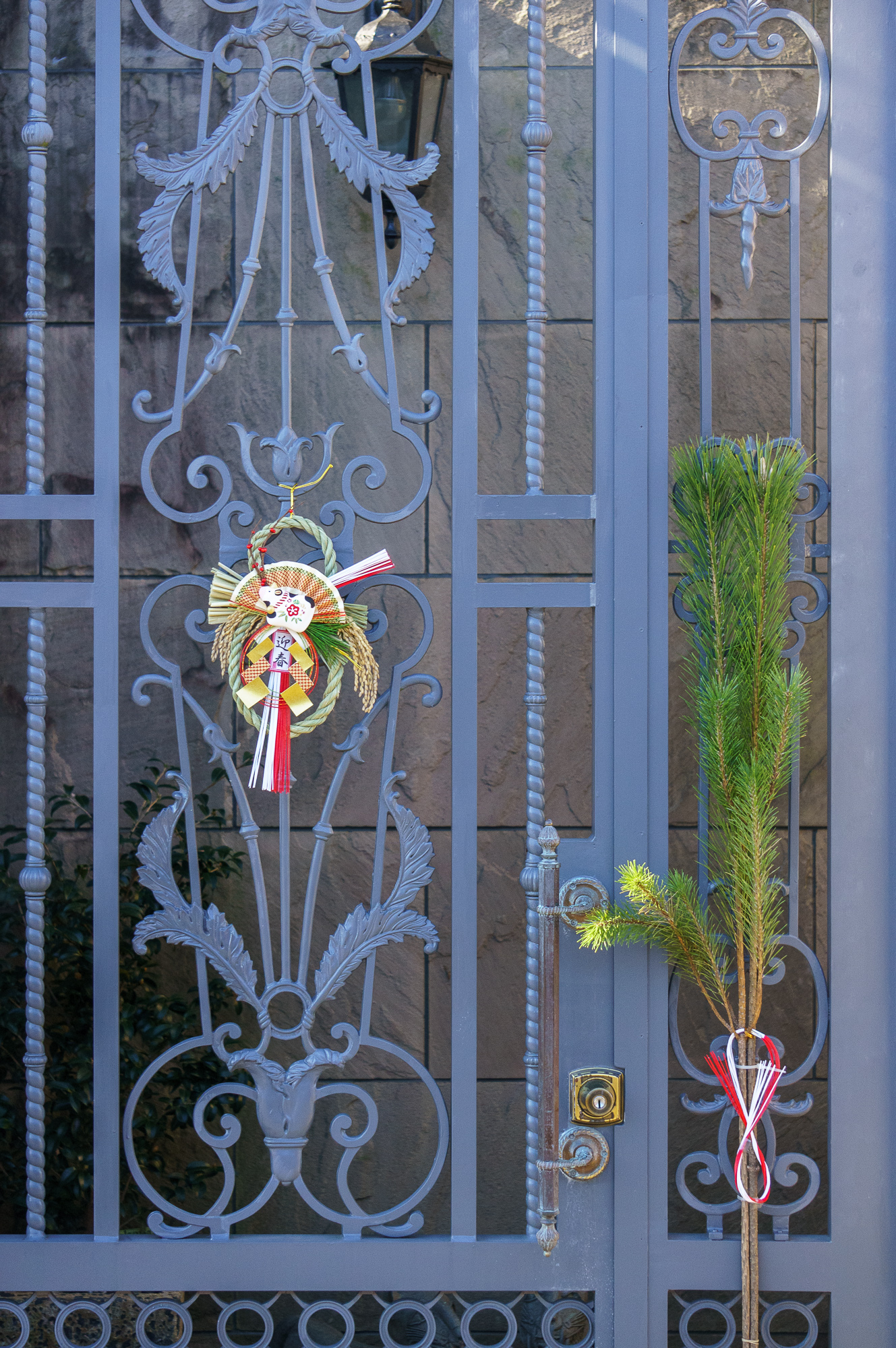 Vecgada, jaungada dekorācijas, tādas gandrīz pie katras mājas durvīm un vārtiņiem. Dažkārt izrotātas arī automašīnas, piekrastē mazie zvejas kuģīši utt.