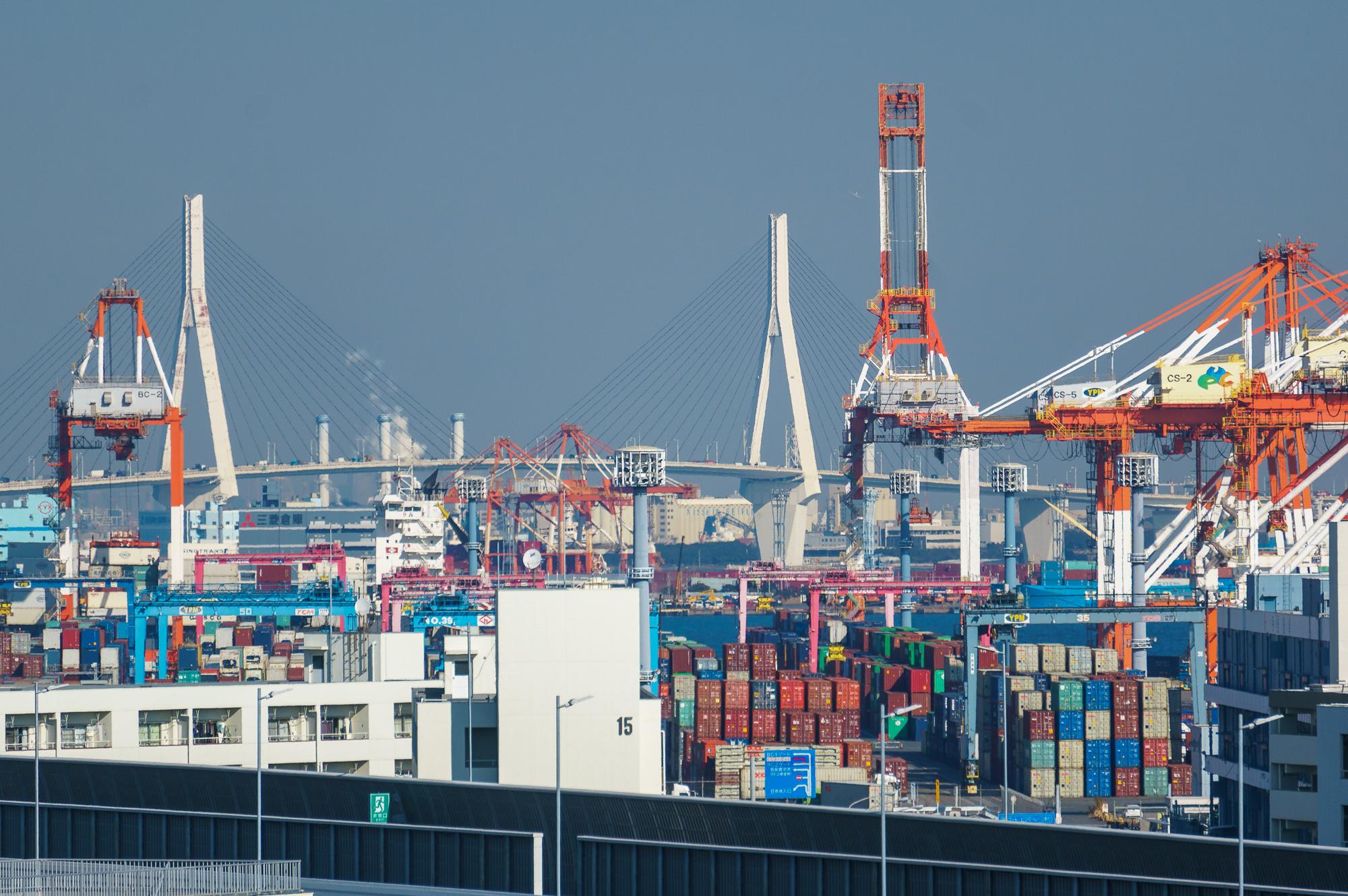 Šis vanšu tilts ir Yokohamas simbols. Mūsu dzīvokļa logi un balkoni ir gandrīz uz visām debess pusēm. Labos apstākļos varam redzēt ļoti tālu. Priekšplānā mikroskopiska daļa no milzīgās Yokohamas ostas teritorijas.